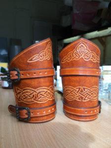 Paire de canons de bras Entrelacs celtique 95€