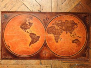 Mappemonde 17ième siècle rouge, 80cm x 42cm, 550€