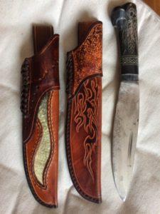 Objet unique Etuis grands couteaux, cuir de saumon (150€) et gravé (100€)
