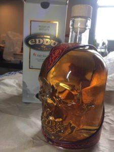 """Bouteille """"Tête de Mort"""" remplie de Whisky (photo envoyée par un client)"""