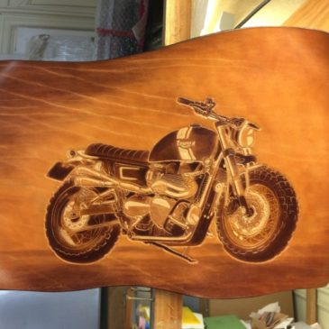 TRIUMPH, tableau de cuir gravé et teinté à la main 50x35cm