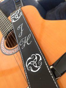 "Sangle de guitare ""Triskel + Initiales"""